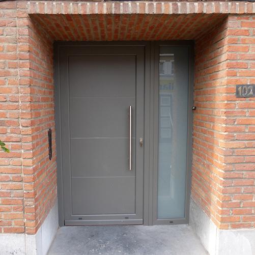 Installation de portes PVC grises