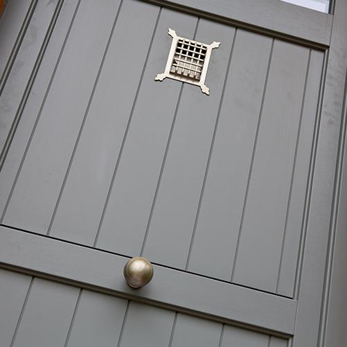 Porte en bois avec accessoires et contrôle d'accès installée