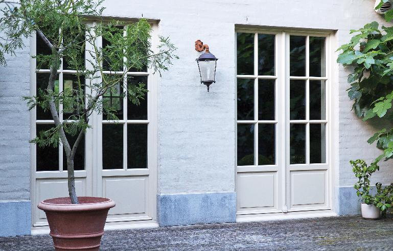 Double porte en bois blanches installée